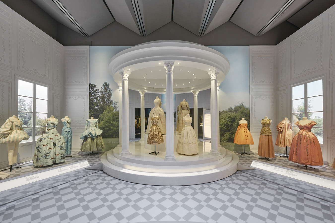 'Christian Dior: Designer of Dreams' in het Victoria & Albert Museum in Londen.