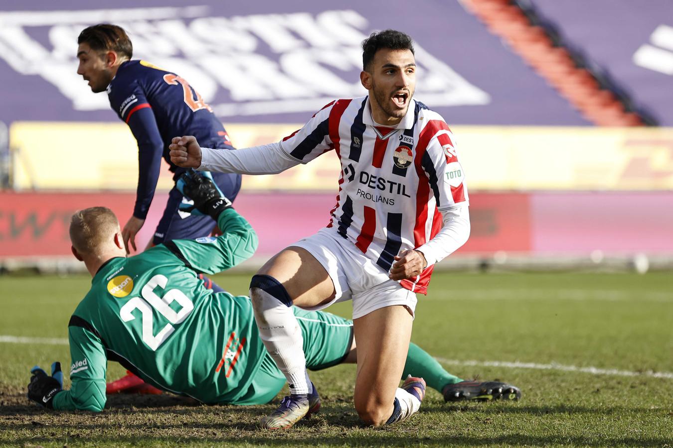 Vangelis Pavlidis viert de 1-0 van Willem II tegen FC Emmen, die gemaakt werd door Ché Nunnely.