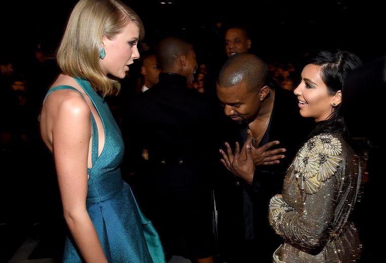 Kim en Kanye ontmoeten Taylor tijdens de Grammy Awards in 2015.