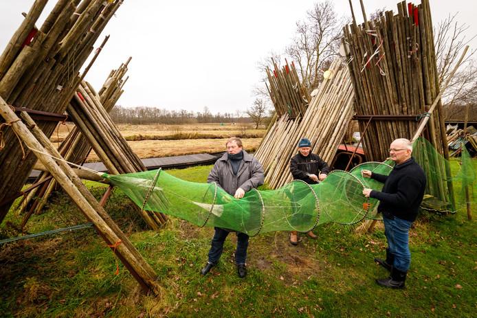 De drie nog actieve binnenvissers in natuurgebied De Wieden staan lijnrecht tegenover Natuurmonumenten, die pleit voor een verbod op de palingvisserij.