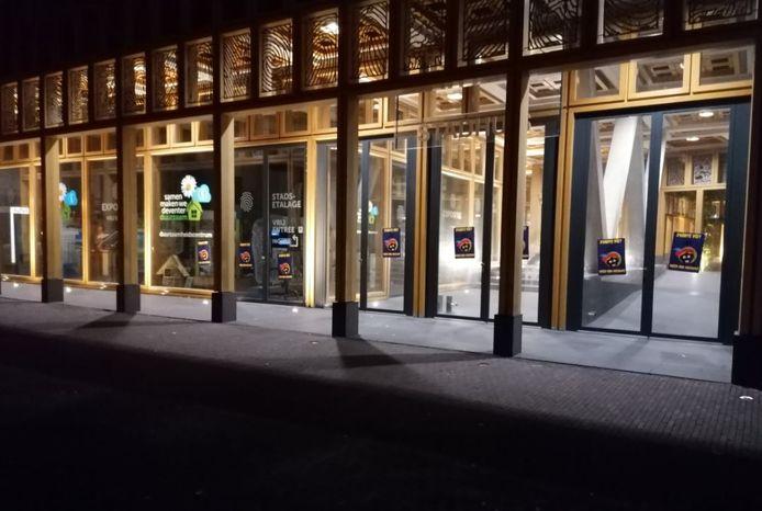Bij het Deventer Stadhuis werden afgelopen nacht posters opgehangen.