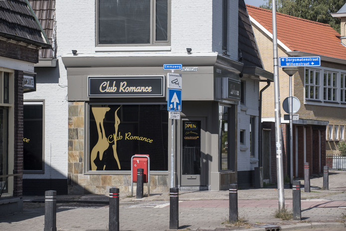 HENGELO - Exterieur pand van Privéhuis Sandra, de vroegere Club Romance aan de Emmaweg 2 / hoek Helmerstraat in Hengelo.