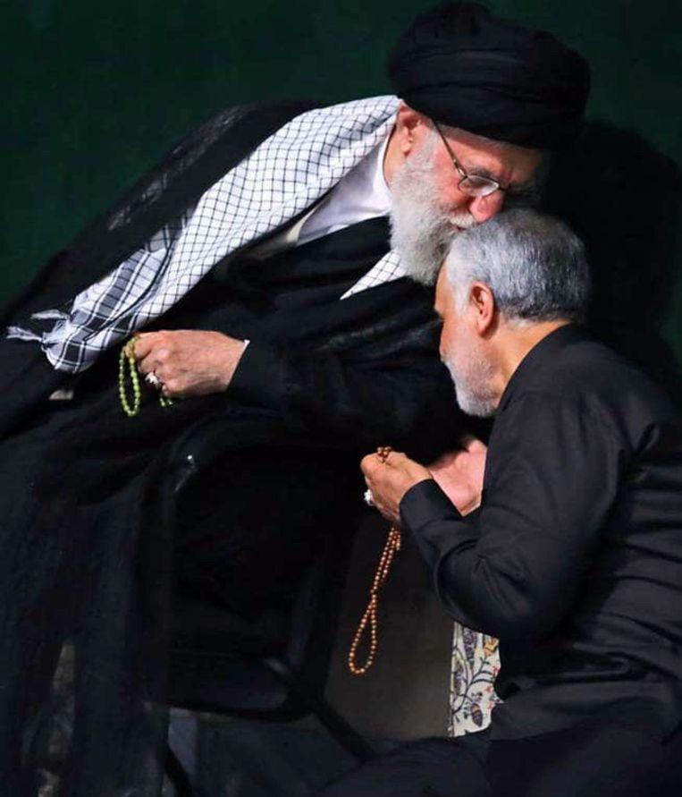 Ayatollah Ali Khamenei kust Qassem Soleimani. Beeld EPA