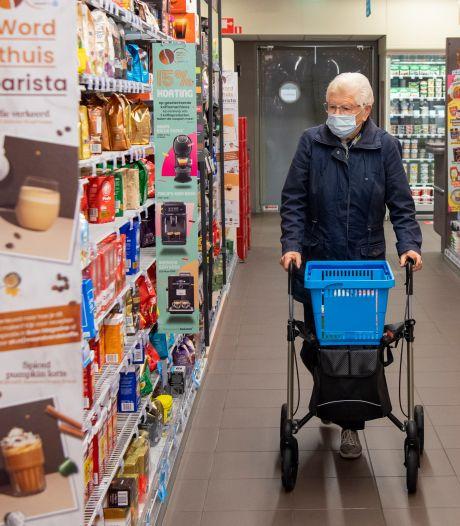 Hennie (88) geniet van winkeluurtje voor ouderen in supermarkt Dedemsvaart: 'Maar dat mondkapje is verschrikkelijk'