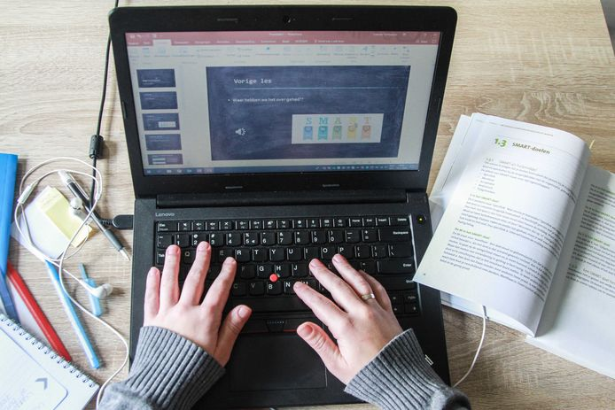 De leerlingen die niet in een examenklas zitten, krijgen online les.