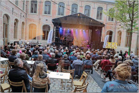 De Jazzzolder organiseerde twee jaar geleden al eens een concert (van het Tutu Puoane Quartet) op de binnenkoer van Het Predikheren.