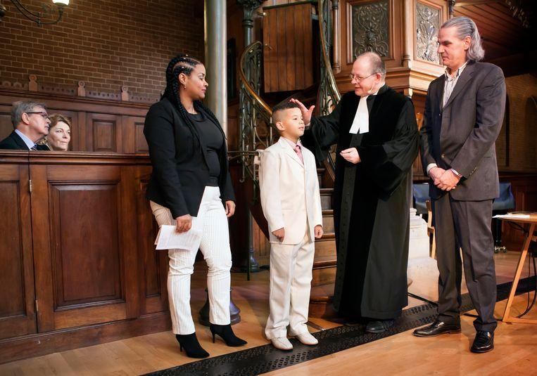 Kerkdienst in de remonstrantse Arminiuskerk waar dominee Barnard de 8-jarige Reinier doopt. Beeld Maarten Hartman