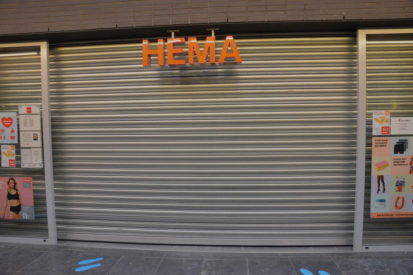 De Hema heeft de rolluiken aan de voorzijde gesloten.