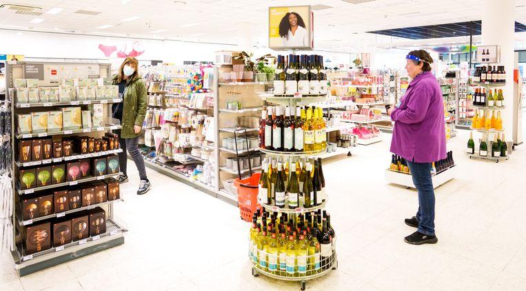 Winkelen op afspraak in de Hema in Gouda. Meer dan twee klanten tegelijk zijn niet toegestaan. Beeld Freek van den Bergh / de Volkskrant