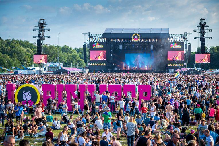 """Volgend weekend vindt in Landgraaf, in Nederlands-Limburg, de 50ste editie plaats van Pinkpop. Daarmee is het troetelkind van organisator Jan Smeets (74) het langst lopende popfestival ter wereld. """"Ik heb U2 nog ooit geboekt voor 6.000 gulden (2.750 euro)"""", zegt hij. """"Vandaag kost mijn affiche 9 miljoen euro."""""""