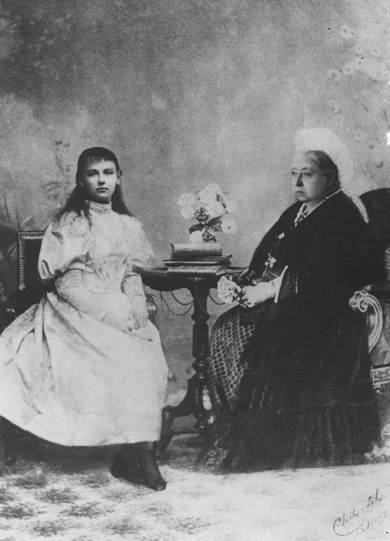 Portret uit 1895 van Wilhelmina samen met koningin Victoria van Engeland. Beeld anp