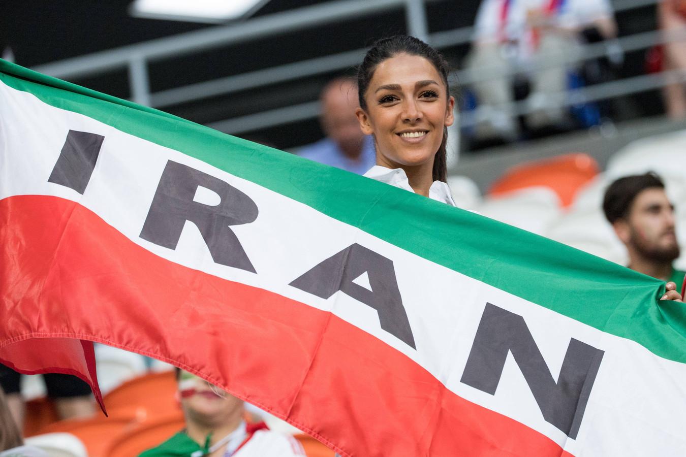 Een Iraanse voetbalfan moedigt haar land aan tijdens het WK van vorig jaar in Rusland.