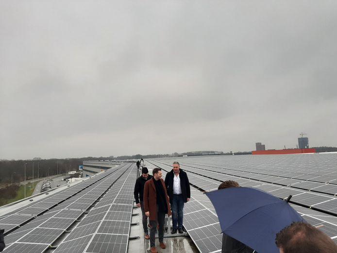 Wethouder Rik Thijs, eigenaar Erik van Acht en Kevin van Rooij van Solisplan schakelden officieel de zonnepanelen in op het dak van DHL op Flight Forum in Eindhoven.