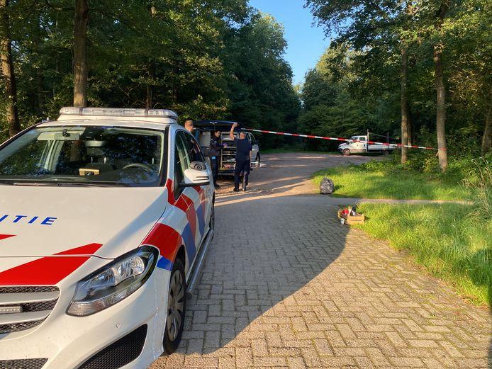 De politie doet technisch en tactisch onderzoek in de bossen van Rheeze, nadat daar een 33-jarige man uit Oldenzaal werd gedumpt.