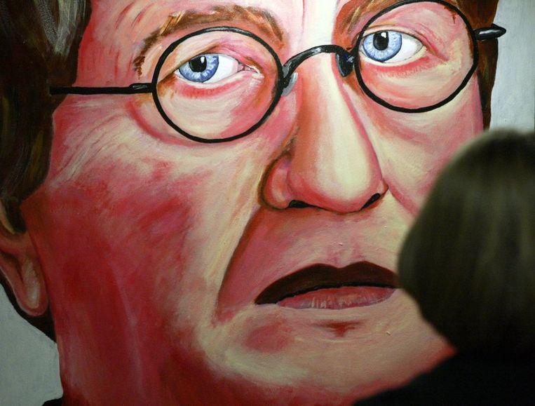 Komrijs portret in de portrettengalerij van het Letterkundig Museum in Den Haag tijdens het 50-jarige bestaan van het museum in 2004. Beeld ANP