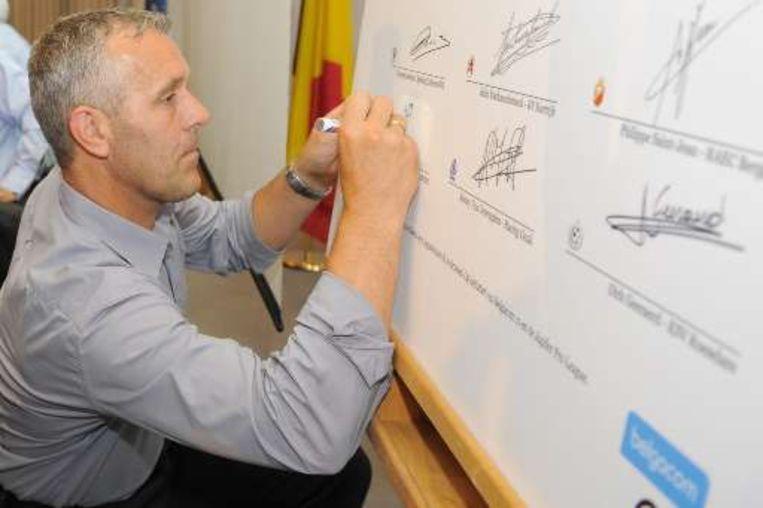 Harm Van Veldhoven, de trainer van Germinal Beerschot, ondertekent de verklaring. Beeld UNKNOWN