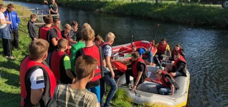 Leerlingen in raft op zoek naar kwaliteit van water Kanaal
