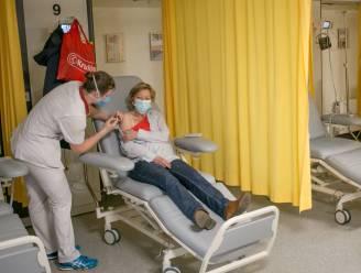 """Zestig mensen krijgen vaccin in ziekenhuis: """"Kunnen meteen ingrijpen als er allergische reactie zou volgen"""""""