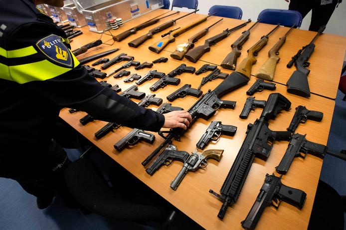 De opbrengst van de wapeninleveractie 'Wapens de wijk uit'. Het Openbaar Ministerie deelt beloningen uit voor tips die leiden naar de vondst van wapens.
