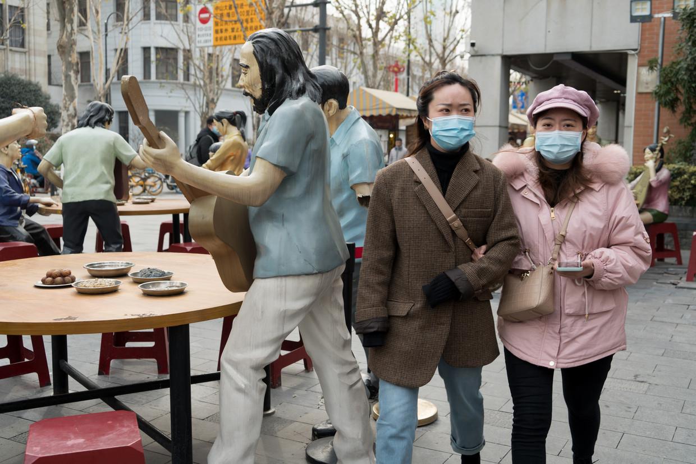 In Wuhan is het oude leven weer opgepakt, al is het dragen van mondmaskers verplicht.  Beeld Ruben Lundgren