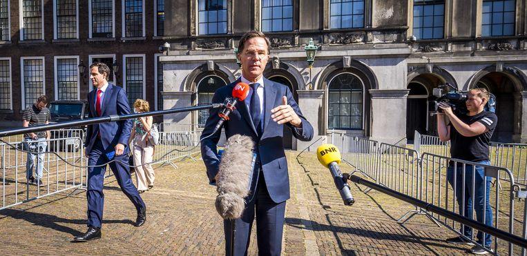 Fractieleider Mark Rutte (VVD)  staat de pers te woord, na afloop van een gesprek met informateur Mariette Hamer.  Beeld ANP