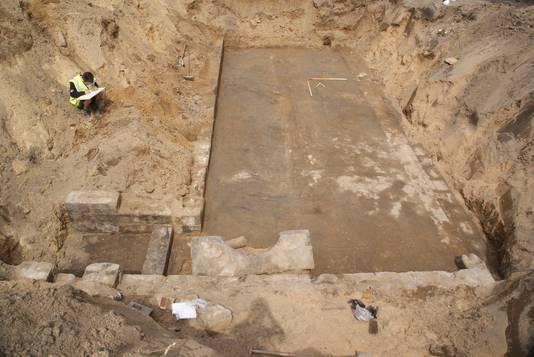 Archeologen aan het werk in de bloot gelegde voormalige schuilkelder van het voormalige Duitse hoofdkwartier onder Villa Heselbergh in Arnhem tijdens de Tweede Wereldoorlog.
