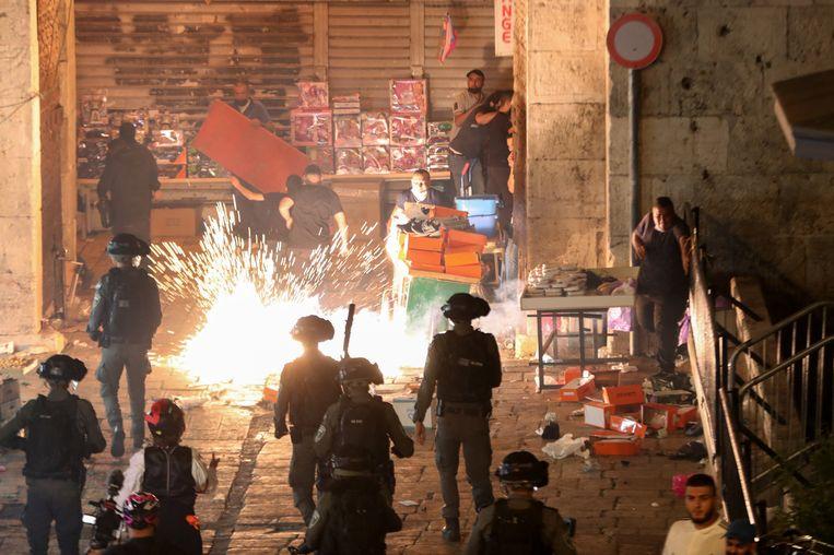 Onlusten bij de Damascuspoort in Jeruzalem, zaterdagavond. Beeld Reuters