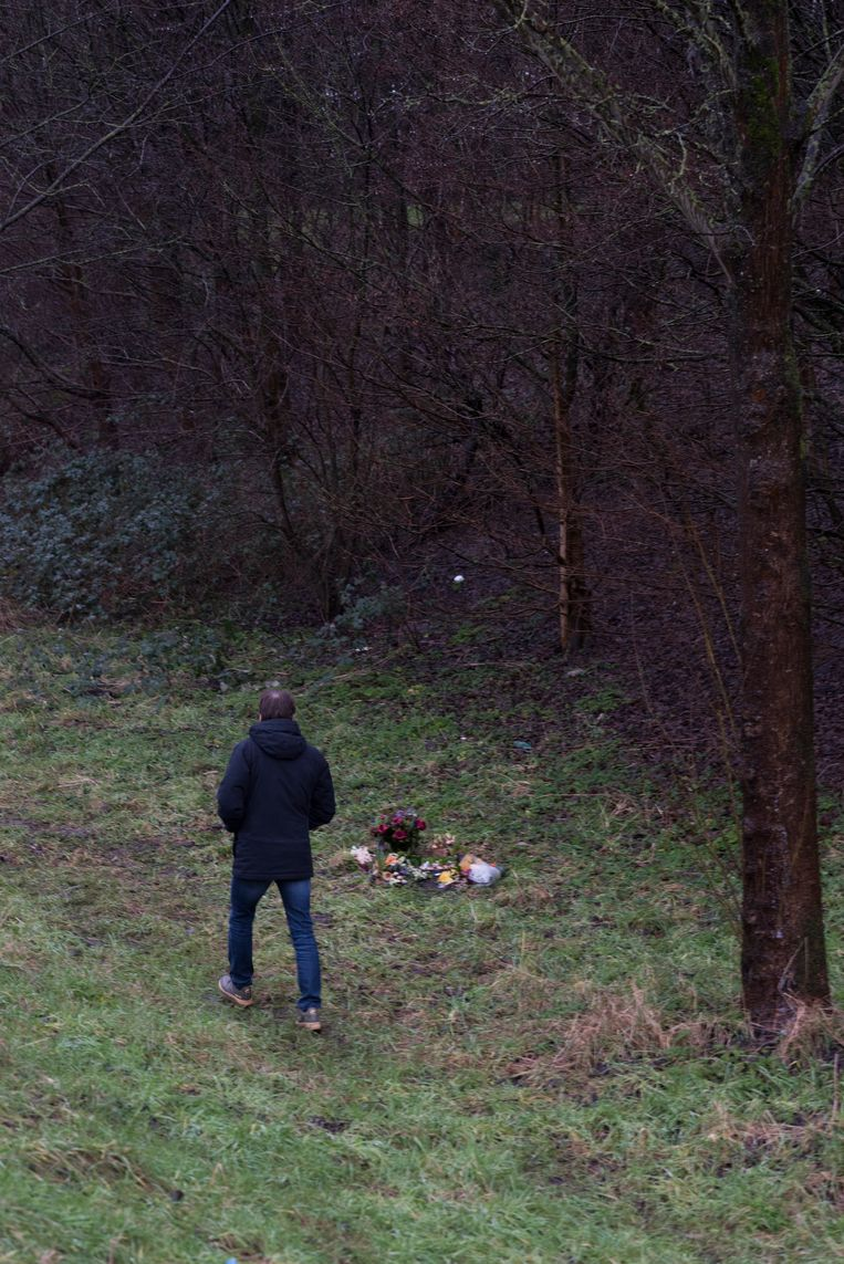 Op de plek in het bos waar Pepijns tentje stond, liggen bloemen. Beeld Linelle Deunk