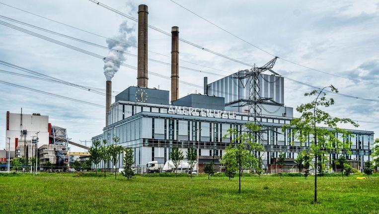 De Amercentrale van RWE in Geertruidenberg. RWE wil steenkool grotendeels vervangen door zaagsel. Beeld Raymond Rutting / de Volkskrant