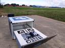 De drone op zijn thuisbasis: een soort doos met een herkenningscode en oplaadsysteem.
