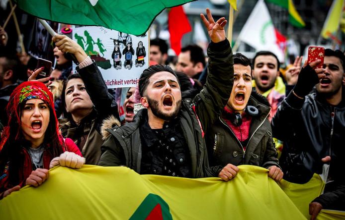 2018-01-27 15:46:08 AMSTERDAM - Demonstranten van de Federatie Koerden in Nederland protesteren tegen de inval van Turkije in het Noord-Syrische Afrin. ANP REMKO DE WAAL