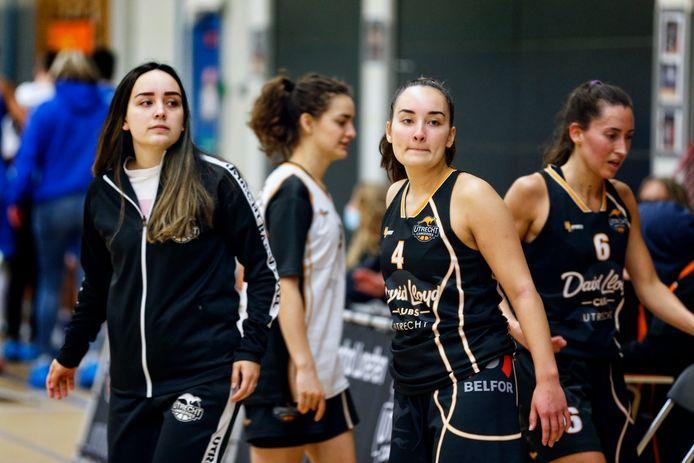 De Bredase basketbalzusjes Lisa (l) en Anna van Dalsum konden met Utrecht Cangeroes niet stunten in de kwartfinale van de playoffs.