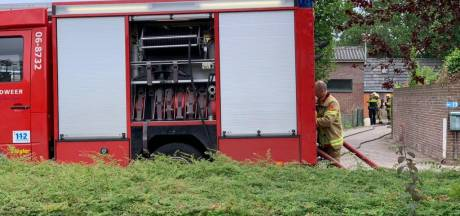 Brandweer blust vuur in schuur tegenover gemeentehuis in Didam
