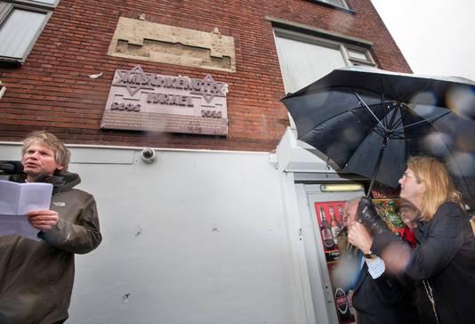 Burgemeester Krikke (r) onthulde in april een gevelsteen die herinnert aan de Joodse buurt in Transvaal.