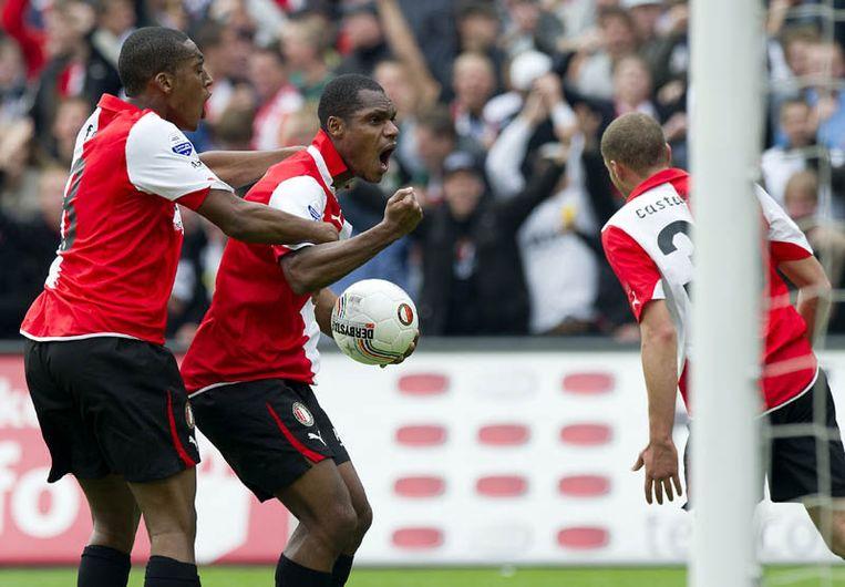 Andre Bahia (M) van Feyenoord wordt gefeliciteerd door zijn ploeggenoot Leroy Fer (L) met zijn doelpunt in de wedstrijd tegen Ajax (1-2). Rechts Luc Castaignos van Feyenoord. Beeld