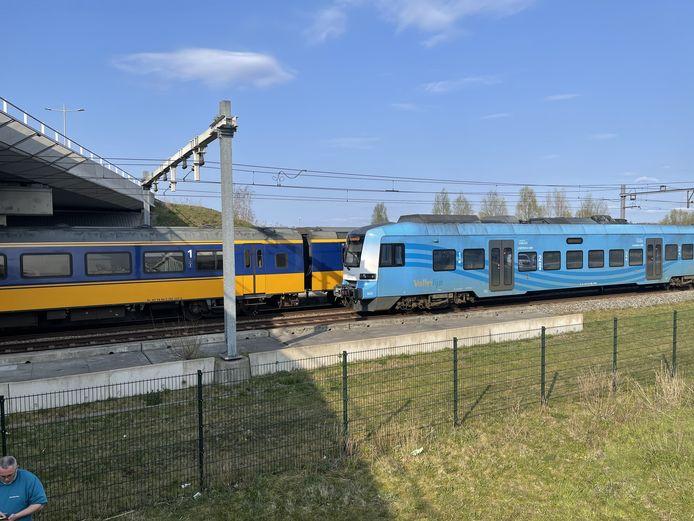Twee treinen staan stil langs het Accupad. Links het viaduct Energieweg.
