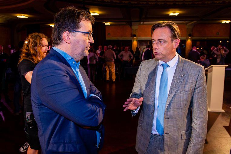 Groen-kopman Wouter Van Besien in gesprek met Antwerps burgemeester en N-VA-voorzitter Bart De Wever. Beeld Photo News