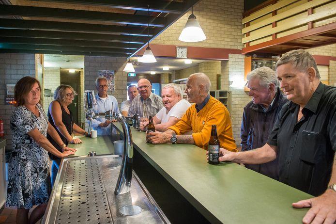 De laatste bijeenkomst in het Veerse dorpshuis De Haven. Het pand is gesloopt. Veel clubs zijn versnipperd over de gemeente.