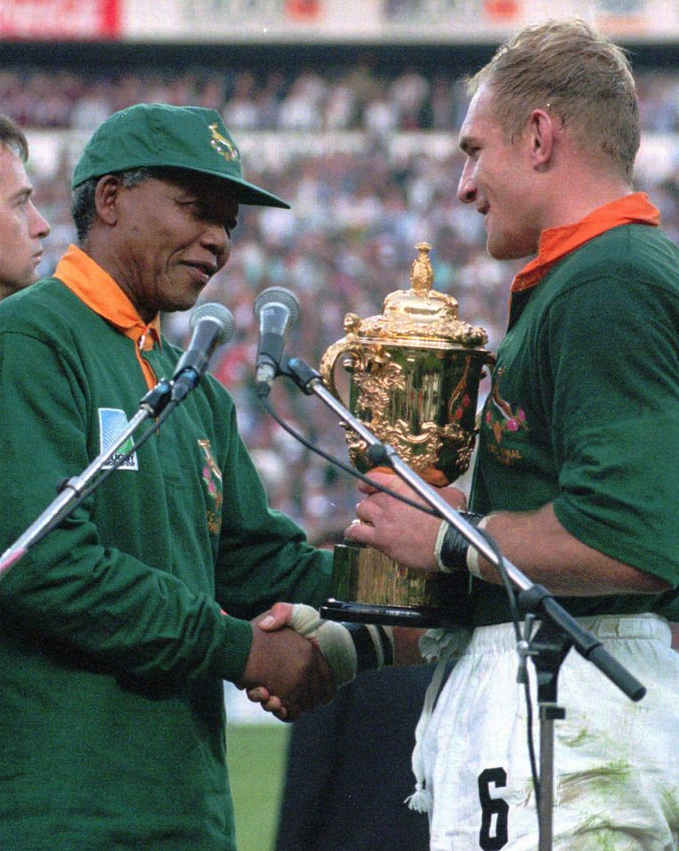 President Nelson Mandela reikt de wereldbeker rugby uit aan François Pienaar, in 1995.  Beeld Hollandse Hoogte / AP | Sport