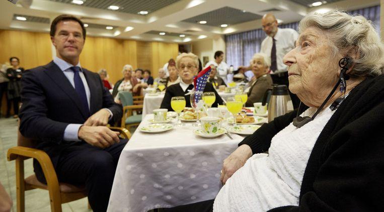 Premier Mark Rutte brengt een bezoek aan bejaardencentrum Beth Juliana op de laatste dag van zijn bezoek aan Israel en de Palestijnse gebieden. Een deel van de bewoners van het centrum is van Nederlandse afkomst en heeft de holocaust overleefd. Beeld null
