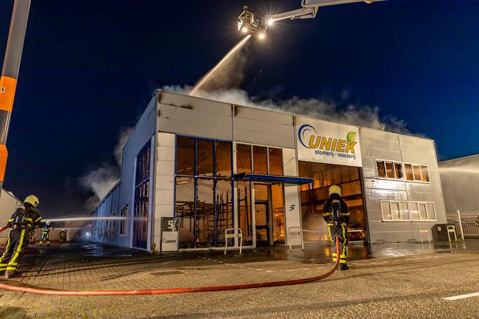 De brand is onder controle, maar van het pand is er niet veel meer over.