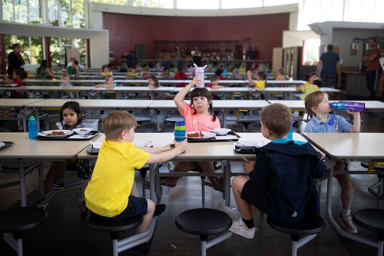 Kinderen eten hun lunch in St Dunstan's College in Londen. Beeld REUTERS