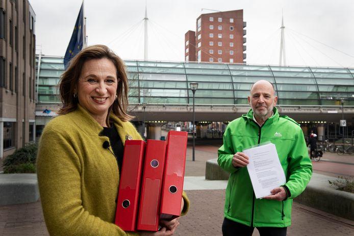 Rino Jonkers en zijn zus Ellen Standhardt haalden exact 3945 geldige handtekeningen op voor het houden van een referendum over de woningbouwplannen in Houten.