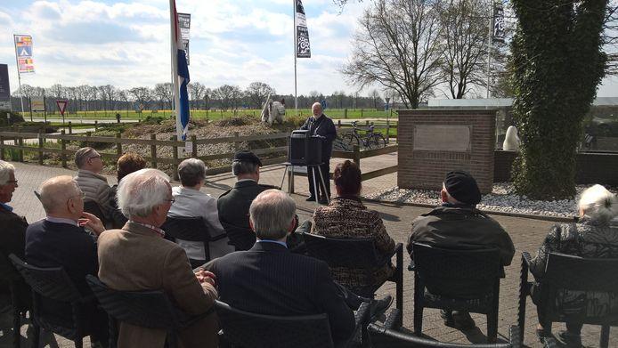 Enkele tientallen mensen bezochten de herdenking op de Ginkelse Heide.