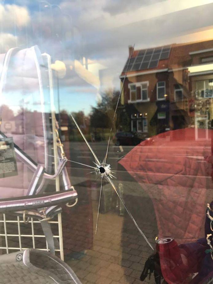 De daders zorgden in menig raam voor schade.