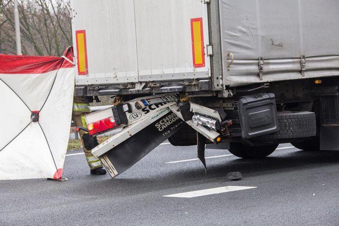 Een van de auto's die bij het ongeluk betrokken is, knalde vermoedelijk op de achterkant van een vrachtwagen.