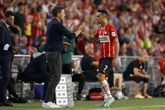 PSV-trainer Roger Schmidt met uitblinker Eran Zahavi.
