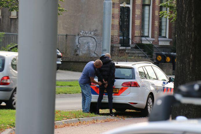De arrestatie van één van de verdachten.
