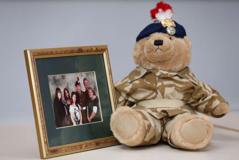 Een teddybeer die Lee Rigby had gekocht voor zijn zoon, naast een familieportret. Beeld AFP