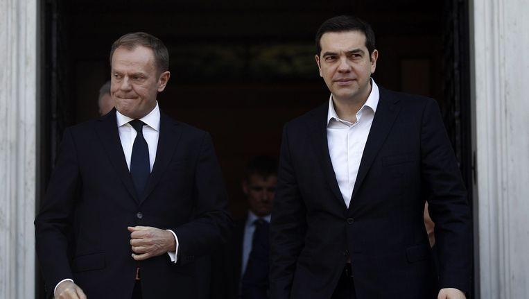 Donald Tusk, links, na afloop van zijn gesprek met de Griekse premier Tsipras. Beeld epa